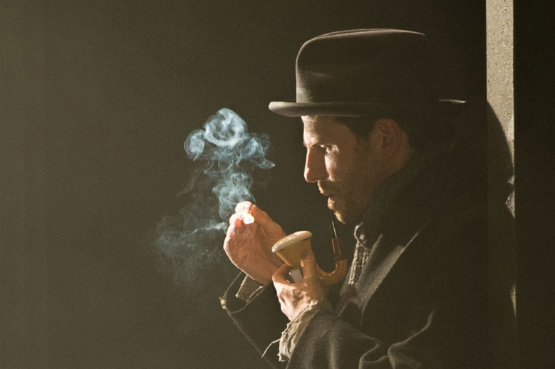 Sherlock Holmes (Jason Durr) Photo: Manuel Harlan.
